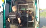 Ba người Việt định vượt biên bất hợp pháp ở Kostrzyn trên bờ sông Odra. Một người Ba Lan đã giúp họ