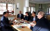 Hội người Việt Nam tại Ba Lan thăm ông Piotr Stasiński, phó TBT báo Gazeta Wyborcza .