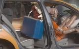 Khi có tai nạn điện thoại di động sẽ nặng 10 kg, chai nước - 60 kg, và người - 2,5 tấn