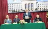 Hiệu trưởng học viện mỏ-luyện kim AGH, Krakow, Ba Lan trao học bạ vàng cho các cựu sinh viên Việt Nam