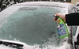 Cách cạo băng tuyết trên kính xe mùa đông đúng cách