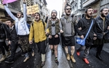 Thổ Nhĩ Kỳ: Vì nữ quyền, nam giới sẵn sàng mặc váy ngắn