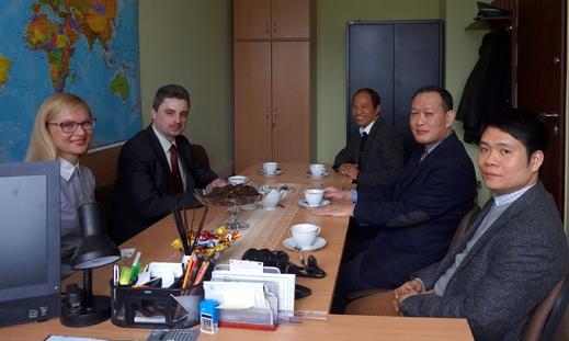Câu chuyện đầu năm, một chuyến thăm những người Việt bị tạm giữ.