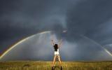 Bộ ảnh tuyệt đẹp cô gái, cầu vồng và cơn bão