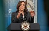 Phó Tổng thống Kamala Harris đến Việt Nam bị muộn vi