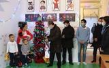 Đại sứ Nguyễn Hùng đi thăm, chúc tết một số gia đình có hoàn cảnh khó khăn tại vùng Wólka Kosowska.
